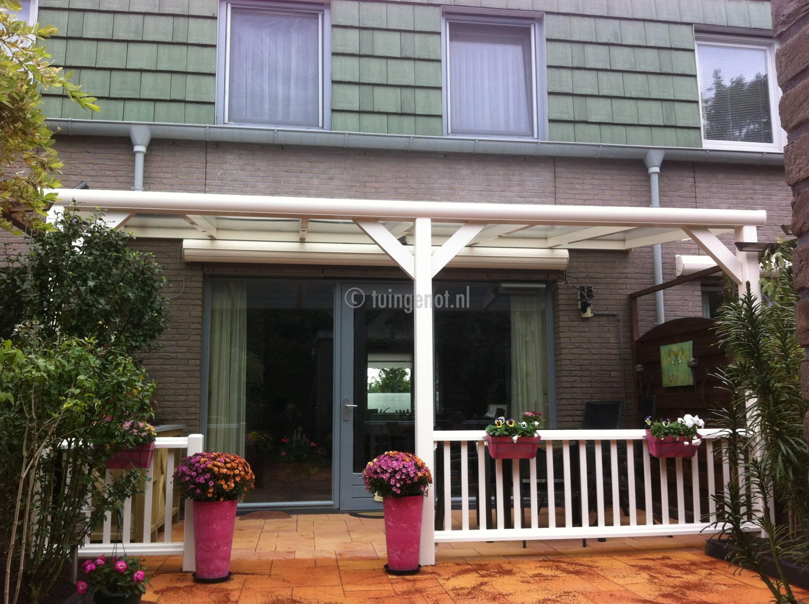 Tuingenot: houten balustrades voor bij de veranda