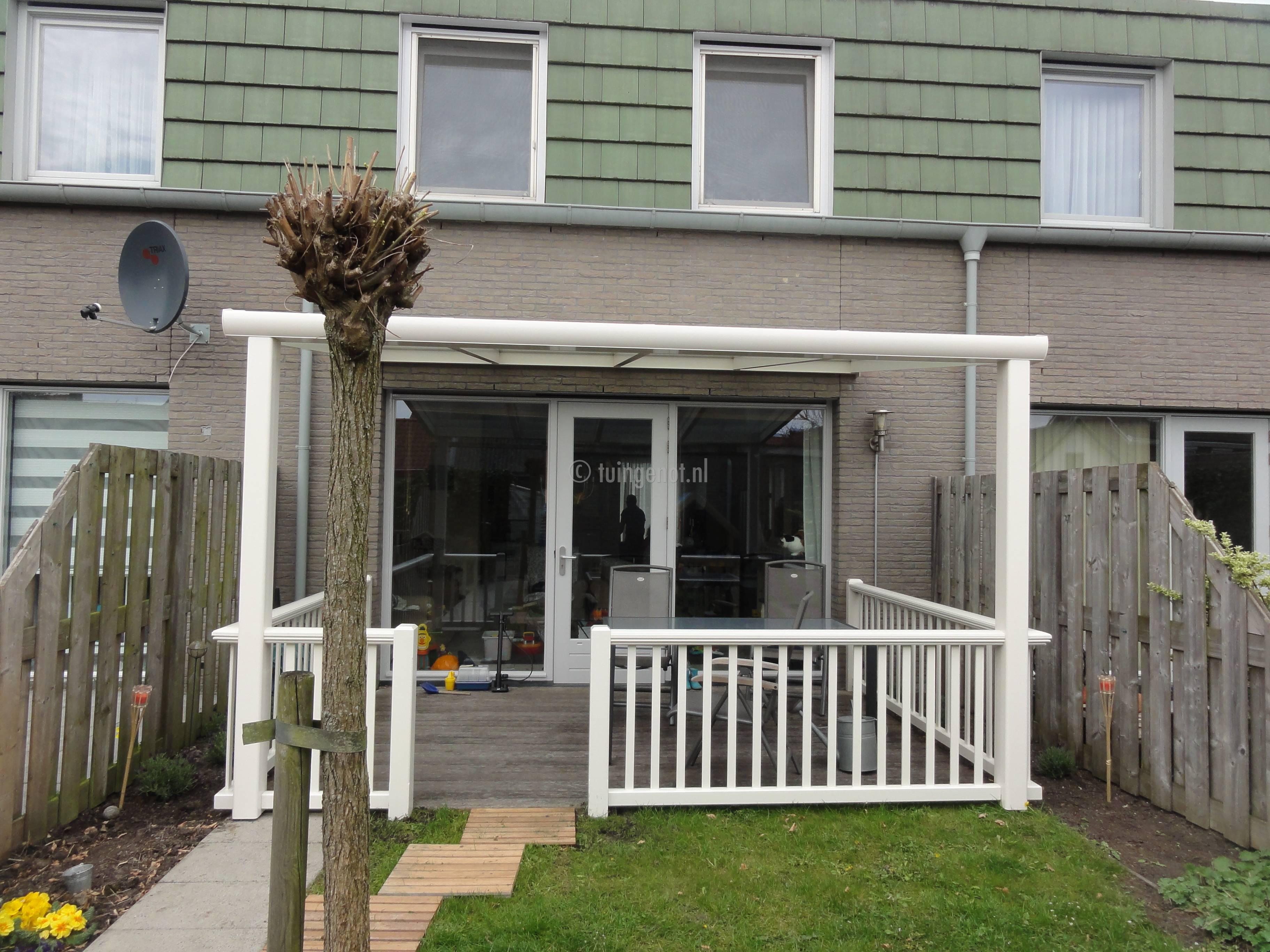 Tuingenot houten balustrades voor bij de veranda for Houten veranda