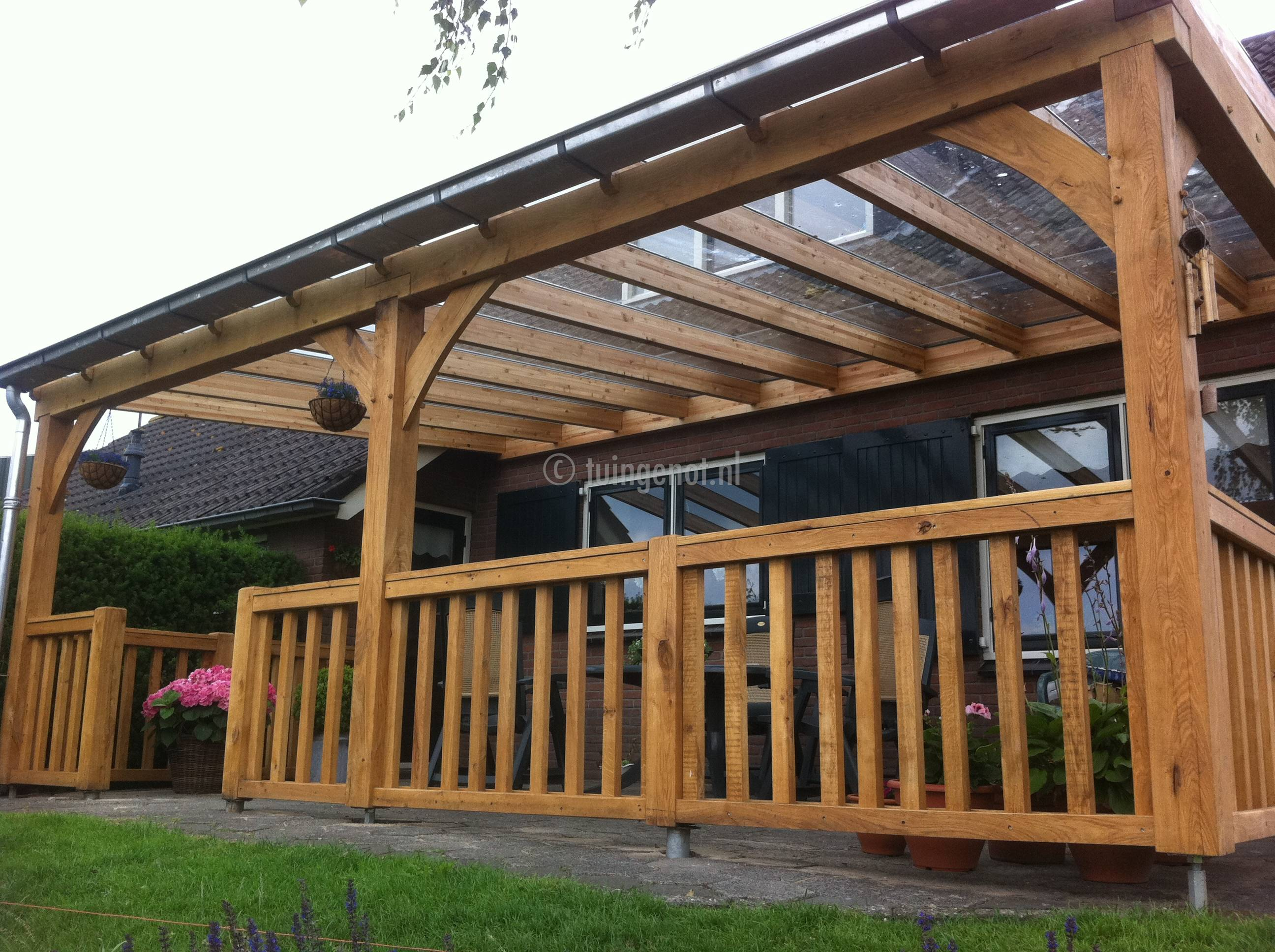 Tuingenot houten veranda met glazen dak en for Zelf huis bouwen kostprijs