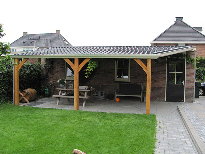 Tuingenot eikenhouten veranda met zinken goten daken van glas polycarbonaat platen - Veranda met dakpan ...